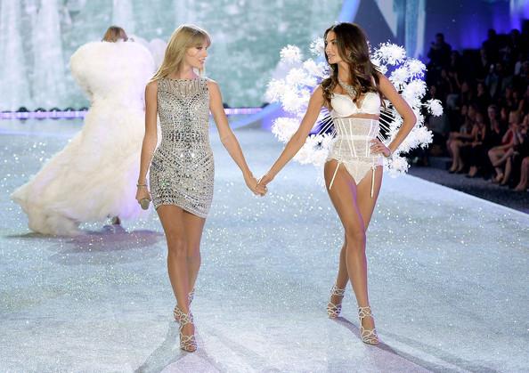 Tampil di Victoria Secret, Taylor Swift Pakai Lingerie Sangat Seksi